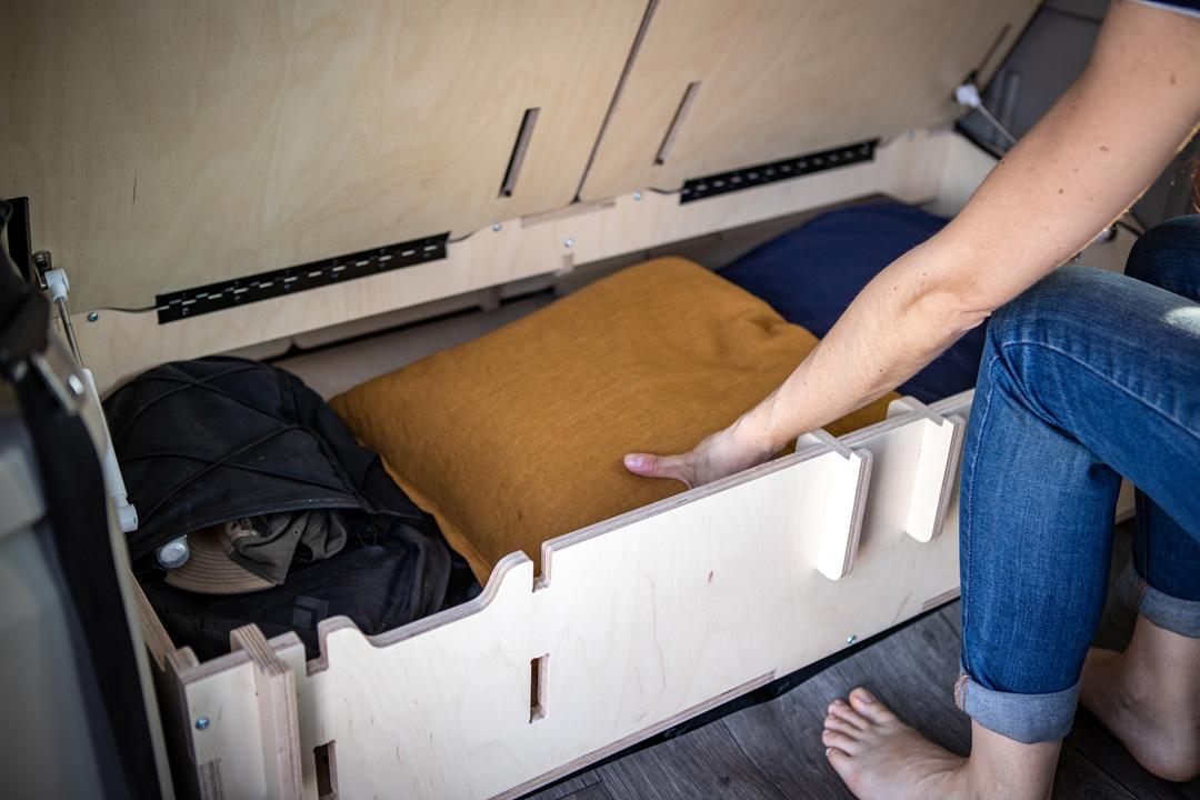 Kit de conversion pour minivan avec caisson de rangement banquette - Vanpackers ©Remy Ogez